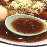 45662833 - 中華そば                       酸味があり、                       スパイシーなスープ