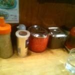 九州一番 登戸店 - テーブルに置かれた調味料の数々