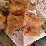 45667709 - 大皿料理  鶏皮揚げ  美味い!
