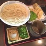 富泉 - 入らなかったけど                             右にキス天の皿がある。                             舞茸、ピーマン、青葉が                             同様に乗っていた。