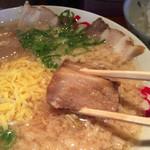 幻のラーメン亭 - チャーシューメンには、チャーシューの上に角煮が乗っかっています(^^)
