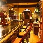 こがねむし - 昔の喫茶店風 手前テーブル&奥カウンター