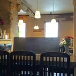 アルタイル - お洒落な店内、カウンター席、テーブル席ございます。