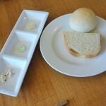 45685360 - 自家製パン(バジル、トリュフ、レモンバター)