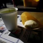 菊水堂 - あげまんじゅう 1個(100円)+冷たい緑茶(50円)