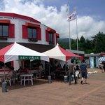 駒ケ岳サービスエリア(上り線)スナックコーナー - 外のスペースで色々と売っていましたよ。何があるんだろうなって。テクテクと歩み寄ってみると。