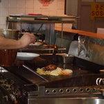 オカヤ食堂 - 激辛焼きそばの調理途中です。大将の手さばきに注目です☆