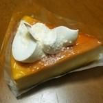 シャトレーゼ - 料理写真:チーズケーキでクリームが乗っています