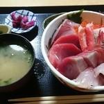 45695250 - 特海鮮丼セット                         もずくの小鉢も付きます