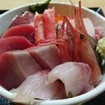 45695256 - 特海鮮丼                       具材は変わる様ですが、新鮮厚切りの切身盛りだくさんでボリューミイ。美味しかった!