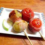 45699248 - ベーコンぶどう(¥200)、ベーコントマト(¥200)。塩辛さと甘さの絶妙なコントラスト、絶品です