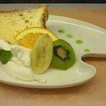 cafe & food Le Bercy - シフォンケーキは季節のフルーツが添えられています★