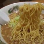八兵衛 - 麺は加水率やや高い中細縮れ