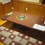 焼肉・居酒屋 たけはら - seat and table