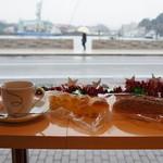 パンのなる木 - 料理写真:尾道水道を眺めながらの朝食です、傘の女性?当然狙って撮らせていただきました♪