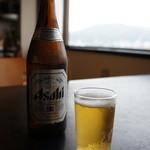 45717810 - カウンターも良かったけど、海側の座卓でいただきました、こういうお店では、当然のビールですね♪