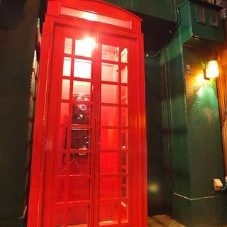 赤い電話ボックスが目印