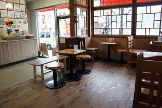 からさわ - 意外にシックで、ゆったり配置されたテーブルたち(2015.12.21)