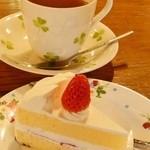 WEST - 2015-12-21 再訪時 セットメニューの紅茶と、追加のイチゴのショートケーキ