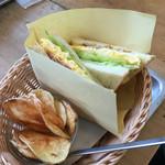 手作りパンカフェ・ピクニック - ベーコンとチーズオムレツサンド
