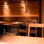 仙台牛タン 松阪鶏焼肉 福島西屋 - 落ち着いた「和」の空間だ