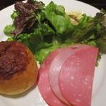 45723113 - チーズのパン、ハム2種、レタスミックス