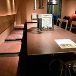 仙台牛タン 松阪鶏焼肉 福島西屋 - ゆったりとレイアウトされており、快適な広さだ