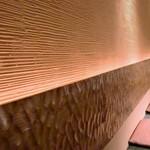 仙台牛タン 松阪鶏焼肉 福島西屋 - 壁面の間接照明が柔らかいので落ち着いた雰囲気となる