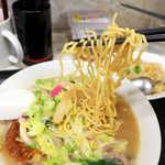 45726668 - この「蒸し麺」に大きな特徴あり! インスタントの揚げ麺を彷彿とさせる、それ自体に味のある麺