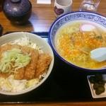 望岳荘 - 左:塩だれカツ丼700円  右:激辛塩ラーメン700円