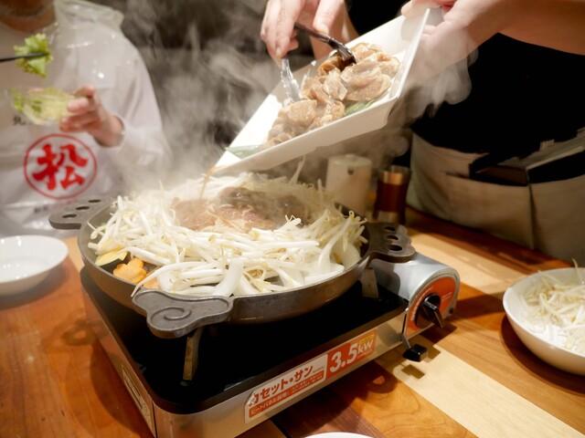 松尾ジンギスカン 新千歳空港店 - 店員さんが美味しく焼いてくれます