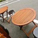 ニューヨークチキングリル - オープンカフェ形式のテーブル席が2つ
