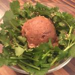 高田馬場1丁目バル ウルスラ - パクチーの肉味噌のせ