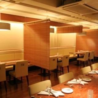 各席はブラインドで仕切って、プライベート空間を確保できます。