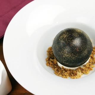 チョコの球体。温かいフランボワーズスープを注いで
