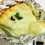 45747036 - ホワイトソースのサーモンとポテトのピザ