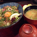 生け簀の甲羅 - まかない丼なはお味噌汁も付いてきます。
