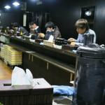 麺屋 らいこう - カウンター席の下には林製麺の麺箱。店内の写真撮ったの初めてかも~