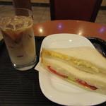 カフェ・ベローチェ - タマゴポテト野菜ミックスサンドイッチ、アイスカフェラテ