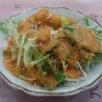ナタラージ - ・サービスのサラダ、オレンジ色の良くあるドレッシング