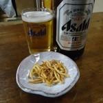 一栄 - ビールには「揚げそば」のお通しが付いてきます