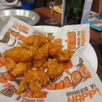 Hooters - 料理写真:最初はチキンウイング、ソースは可愛い店員さんに「おまかせします」と伝えたらメッチャ辛口のソースがかかっててお酒が進みました。