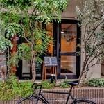 前芝料理店 - 植樹に覆われて、入口は雰囲気があります。