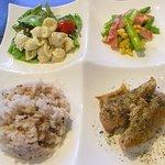 NICE - マカロニと野菜のサラダ、アスパラ・ベーコン・コーンのバターソテー、チキンのハーブソルト焼き、十三穀米のご飯が乗った「ワンプレートランチ」(700円)。これにドリンクがつきます。