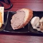 スロウダウン - お通し~野菜のピクルス、クラッカーと2種のチーズ
