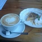 45764059 - ラテアートのハートが可愛いカフェクリームと美味しいバナナタルト