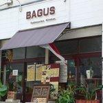 バグース インドネシアン キッチン - お店の入口です。観葉植物が沢山置かれていて良い感じですよね。
