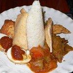 バグース インドネシアン キッチン - Nasi Campurです。白いご飯の周りに日替わりで色んなおかずが並んでいます。まずはこの方向から。