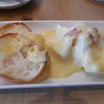 45771364 - ラクレットチーズがかかったパン、ジャガイモ、生ハム