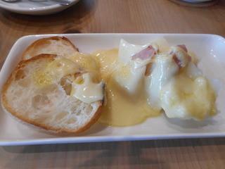 ・・・et puis les chaises - ラクレットチーズがかかったパン、ジャガイモ、生ハム